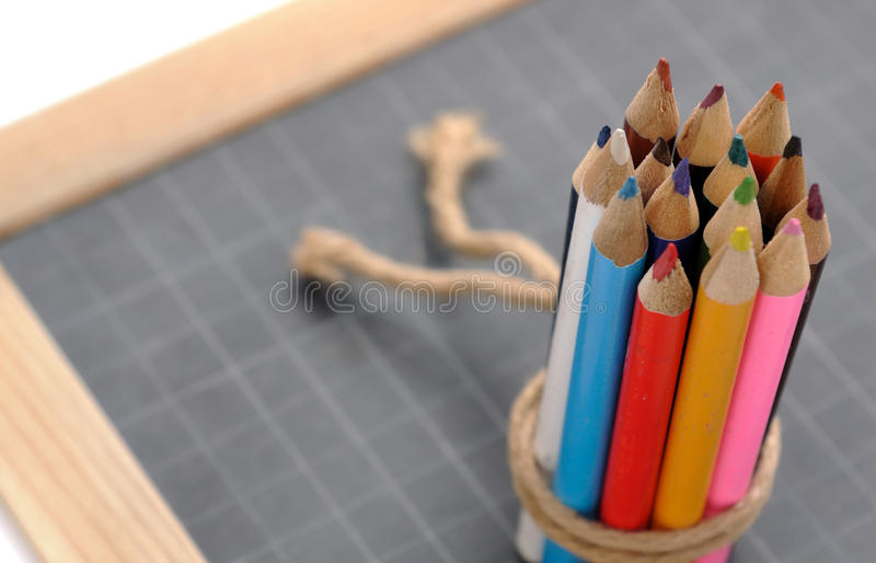 Farbige Bleistifte auf Schiefer lizenzfreie stockfotografie
