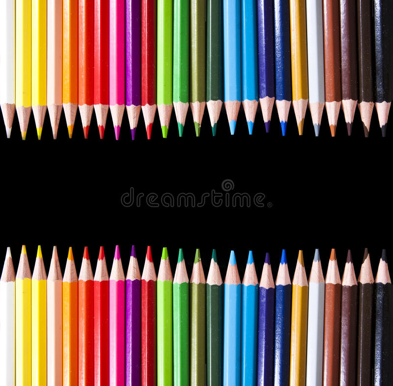 Farbige Bleistifte auf Schwarzem lizenzfreie stockbilder