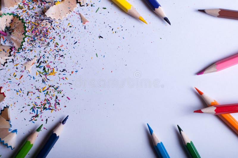 Farbige Bleistifte auf Weißbuch stockfotos