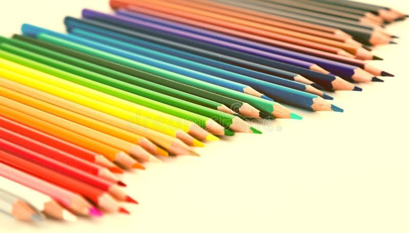 Farbige Bleistifte, die in der unregelm??igen Reihe liegen stockfoto