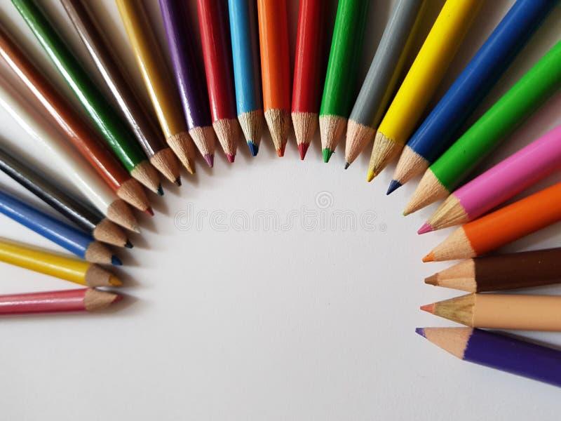 farbige Bleistifte, die einen Halbkreis, einen Hintergrund und eine Beschaffenheit bilden lizenzfreie stockfotos