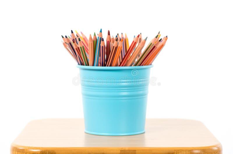 Farbige Bleistifte in einem blauen metallischen Bleistiftkasten lizenzfreies stockfoto