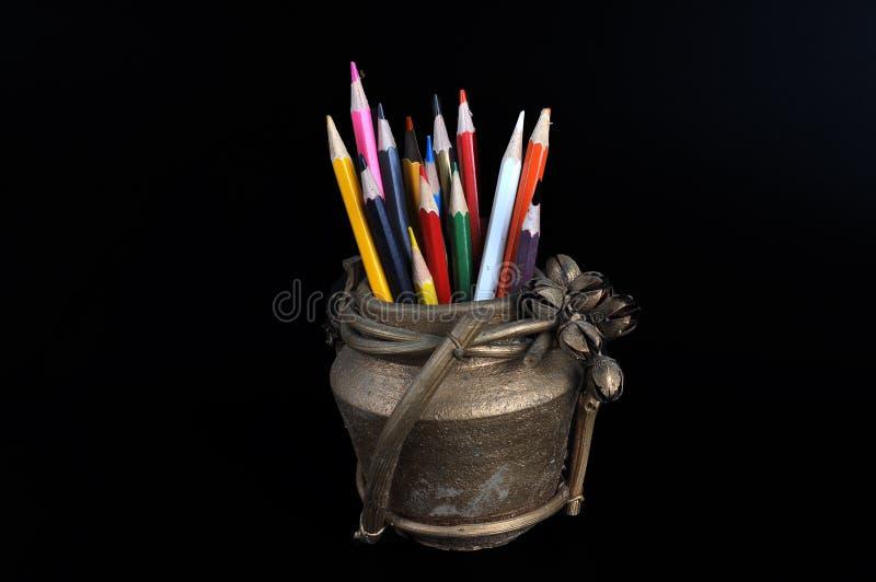 Farbige Bleistifte in einem Lehmkrug stockbild