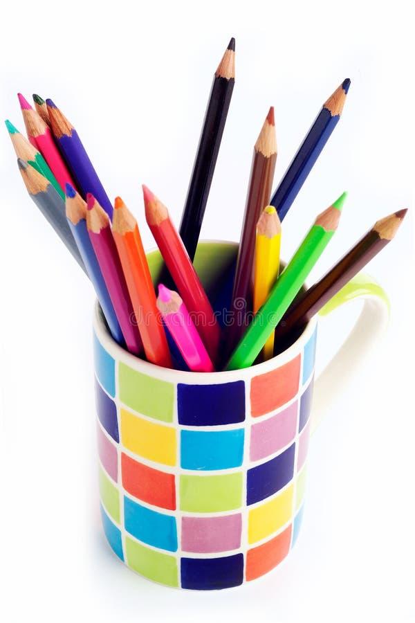 Farbige Bleistifte in farbigem Becher stockbilder