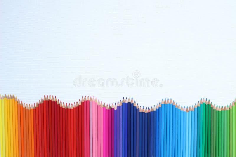 Farbige Bleistifte getrennt auf einem weißen Hintergrund stockfotos