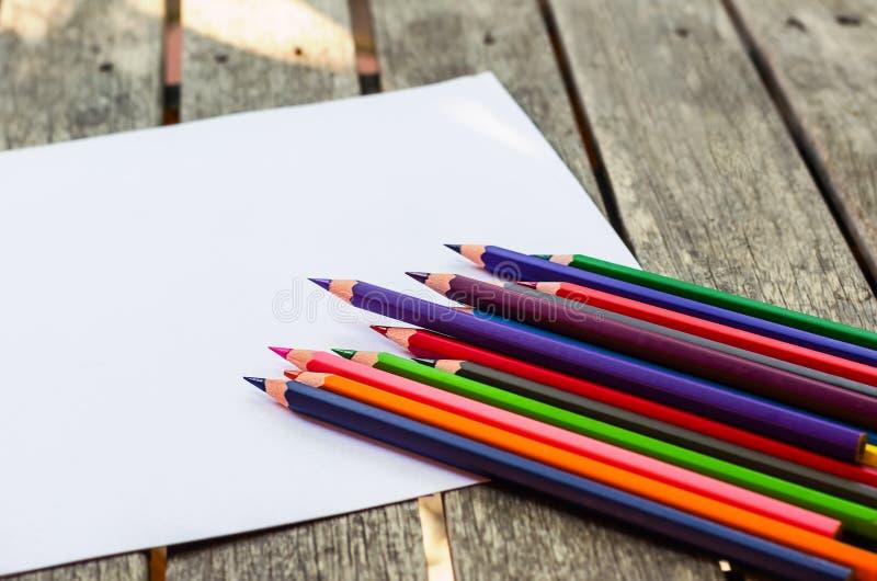 Farbige Bleistifte mit gemalter Sonne stockfoto