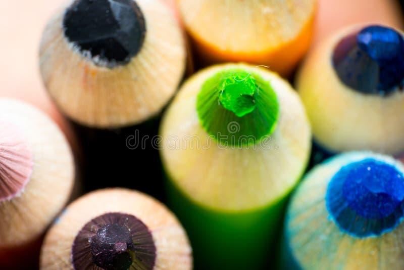 Farbige Bleistifte ragen Nahaufnahmemakrozusammenfassung empor stockfotos