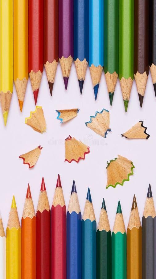 Farbige Bleistifte und Stränge - bewegliche Tapete lizenzfreie stockfotos