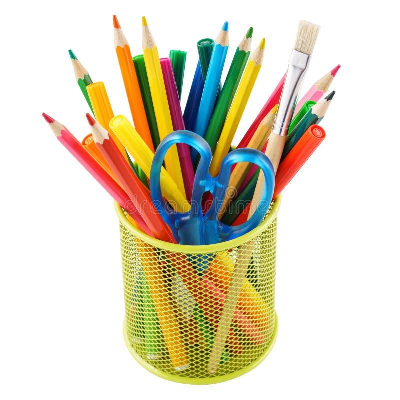 Farbige Bleistifte und verschiedenes Briefpapier in einem Halter Getrennt lizenzfreie stockfotos