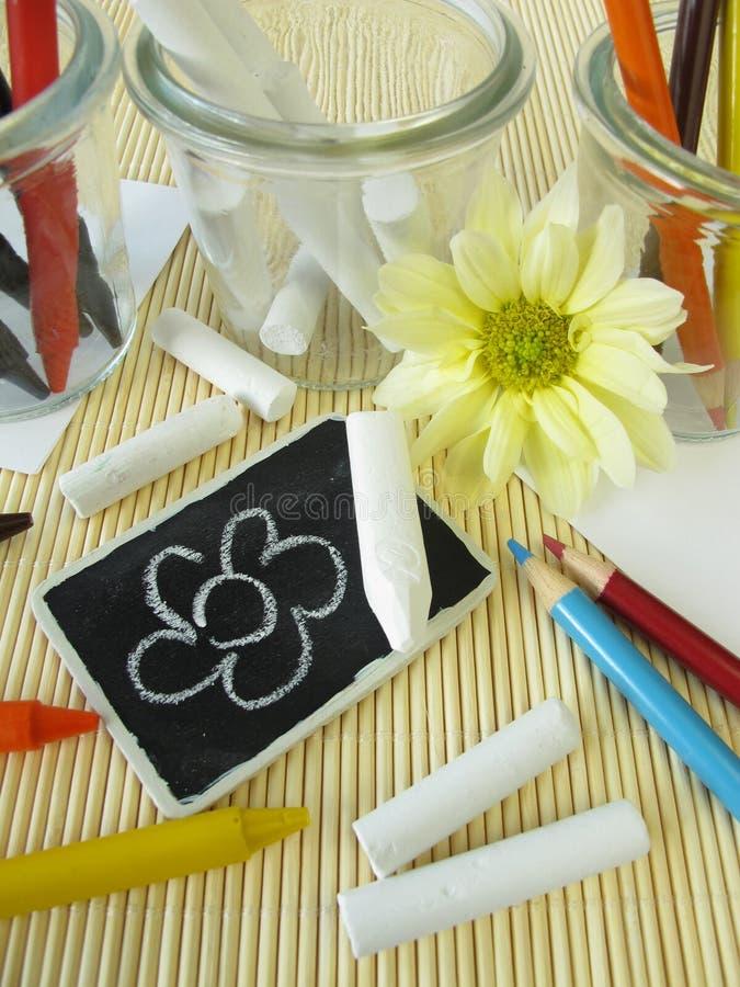 Farbige Bleistifte, Wachszeichenstifte und Kreidesteuerknüppel lizenzfreies stockfoto