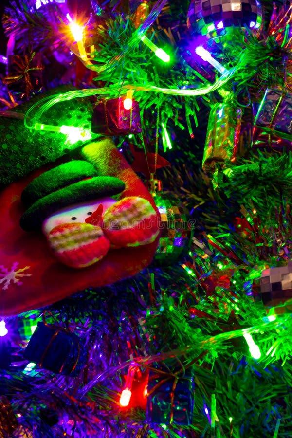 Farbige Dekoration des Weihnachtsbaums mit leerer Socke lizenzfreies stockfoto
