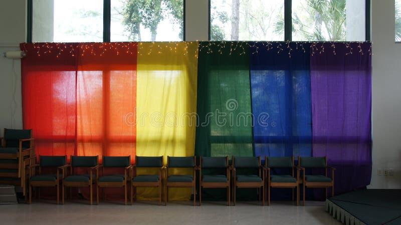 Farbige Fahnen drapiert über Fenstern lizenzfreie stockfotografie