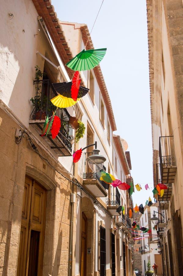 Farbige Fans aufgereiht über schmaler spanischer Straße lizenzfreie stockbilder