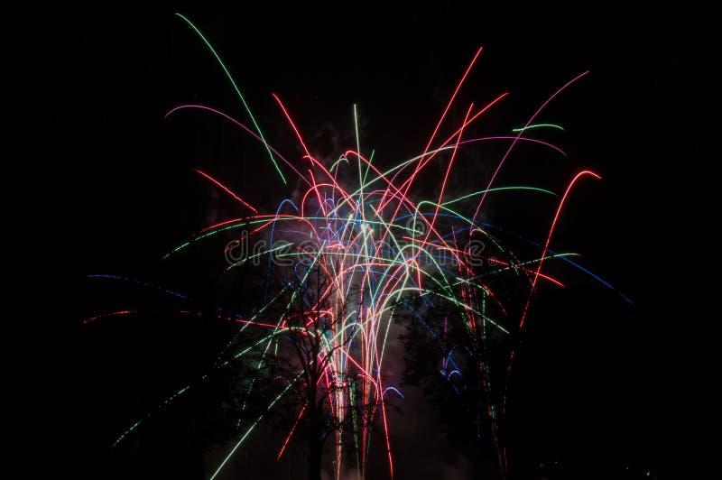 Farbige Feuerwerke, die in den gelegentlichen Richtungen schießen stockfotos