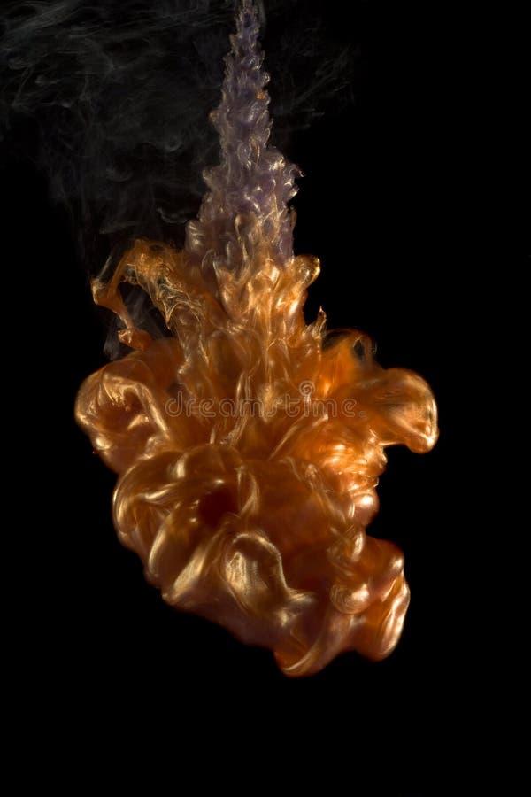 Farbige Flüssigkeit im Wasser stockfotografie