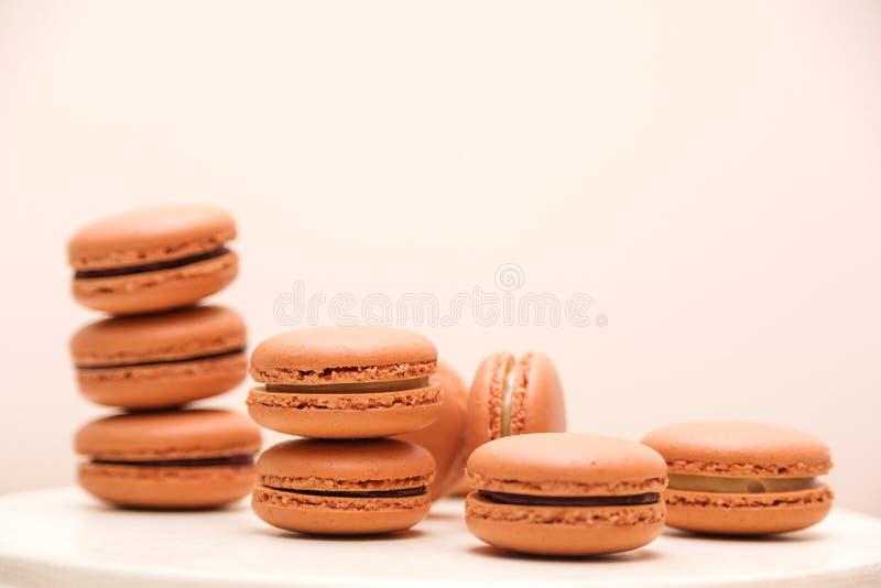 Farbige französische Macaroons auf weißem Tisch Französischer Dessert zum Geburtstag, Feiern Trendfarben der Makaroonen stockfotografie