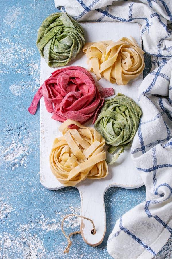 Farbige frische selbst gemachte Teigwarenbandnudeln stockfoto