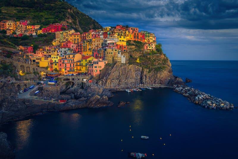 Farbige Gebäude abends auf den Klippen, Dorf Manarola, Italien lizenzfreies stockfoto