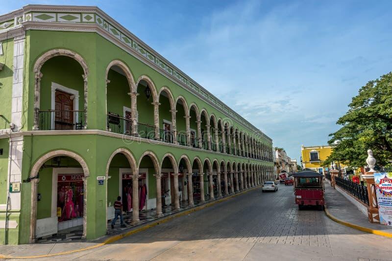 Farbige Gebäude mit Kolonnaden in Campeche, Mexiko stockbild