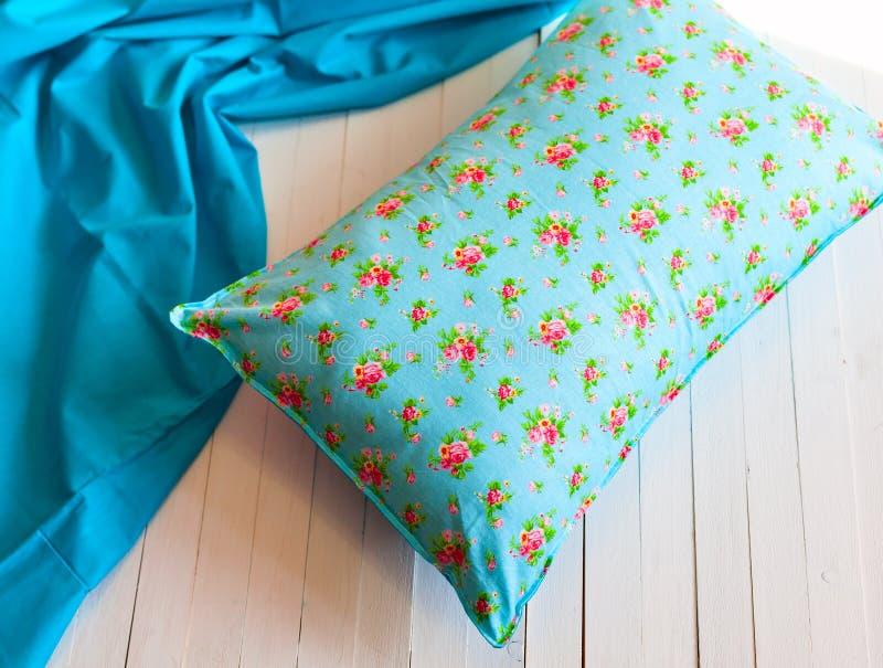 Farbige gemütliche Kissen und handgemacht stockbild