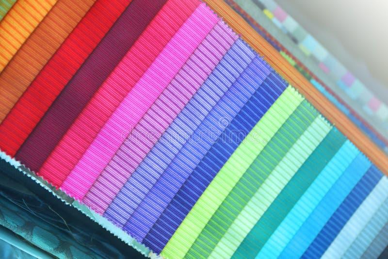 Farbige Gewebebroschüre in einer diagonalen Position stockbild