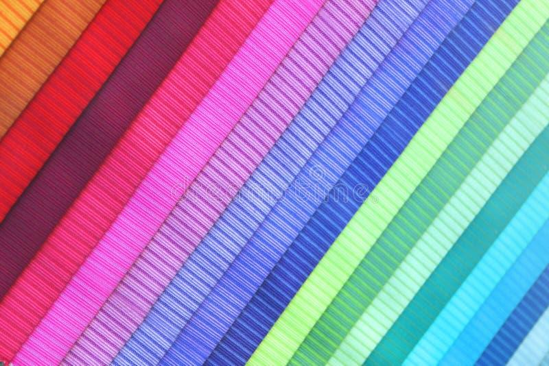 Farbige Gewebebroschüre in einer diagonalen Position lizenzfreie stockfotografie