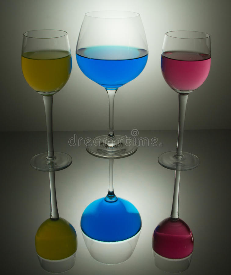 Farbige Gläser cyan-blau, Magenta und Gelb stockfotos