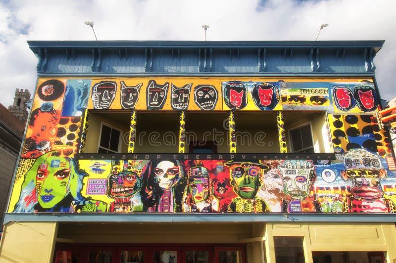 Farbige Graffiti auf einem Außengebäude eines Provinzgebäudes stockfotografie