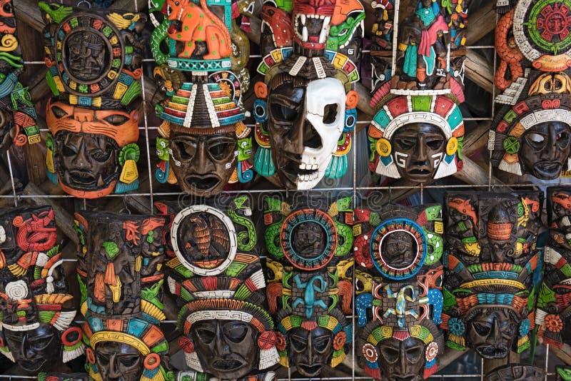 Farbige hölzerne Masken auf einem Andenkenstand in Chichen Itza, Yucatan, Mexiko stockbild
