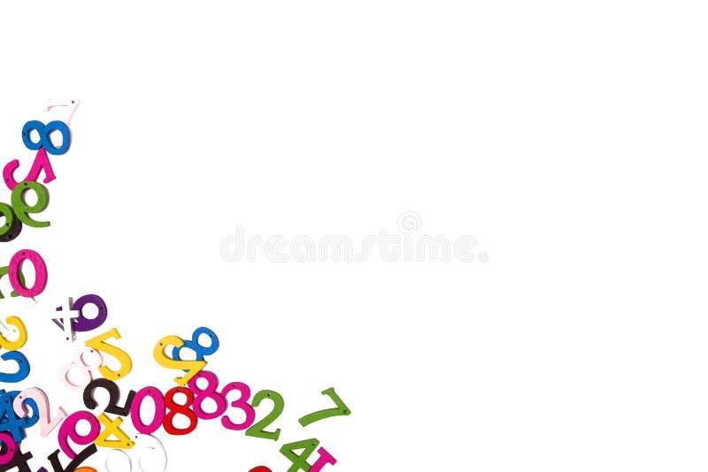 Farbige hölzerne Zahlen auf einem weißen Hintergrund lokalisiert stockfotos
