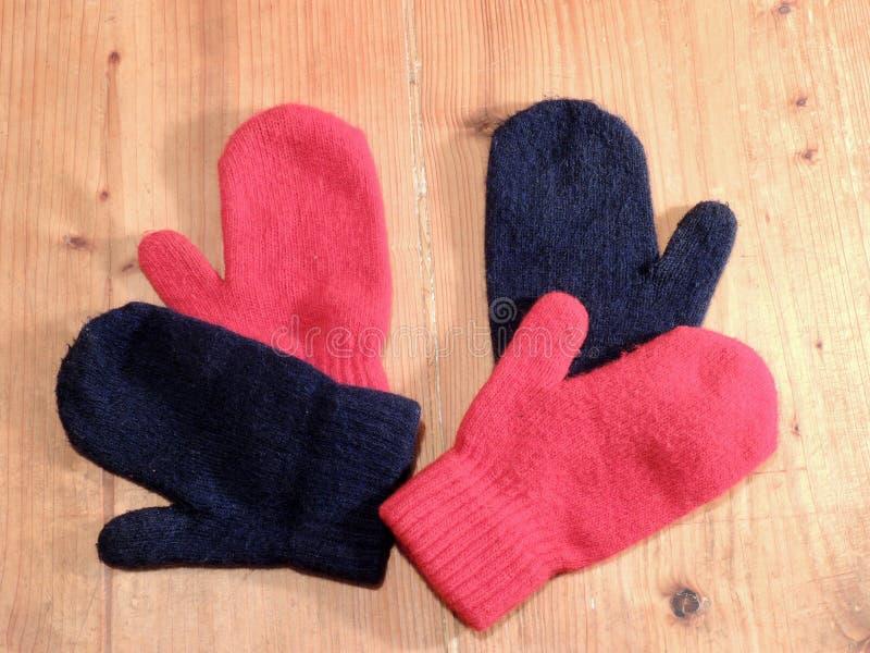 Farbige Handschuhe stockbilder