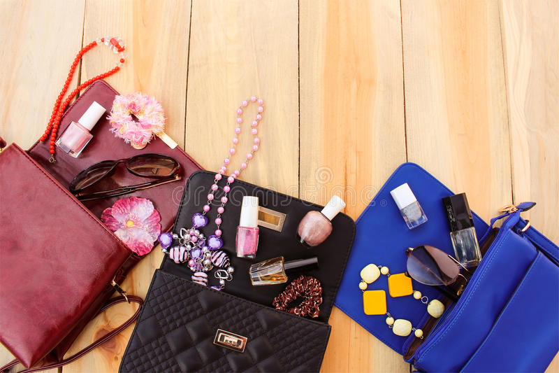 Farbige Handtaschen, Kosmetik, das Zubehör der Frauen lizenzfreies stockbild