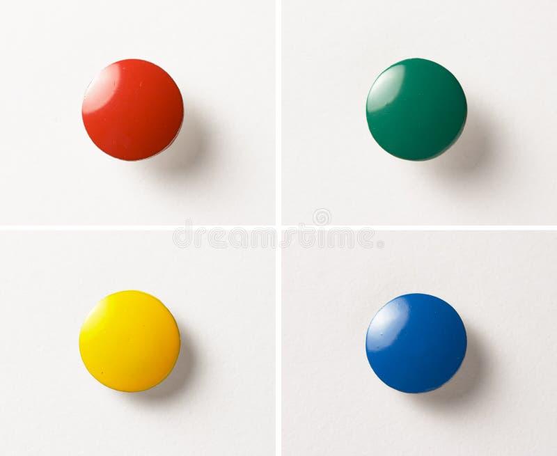 Farbige Heftzwecken stockfotografie
