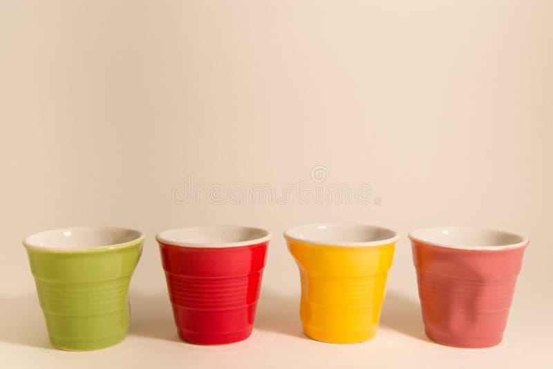 Farbige Kaffeetassen stockfotos