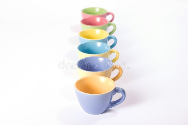 Farbige Kaffeetassen in einer Reihe stockfoto