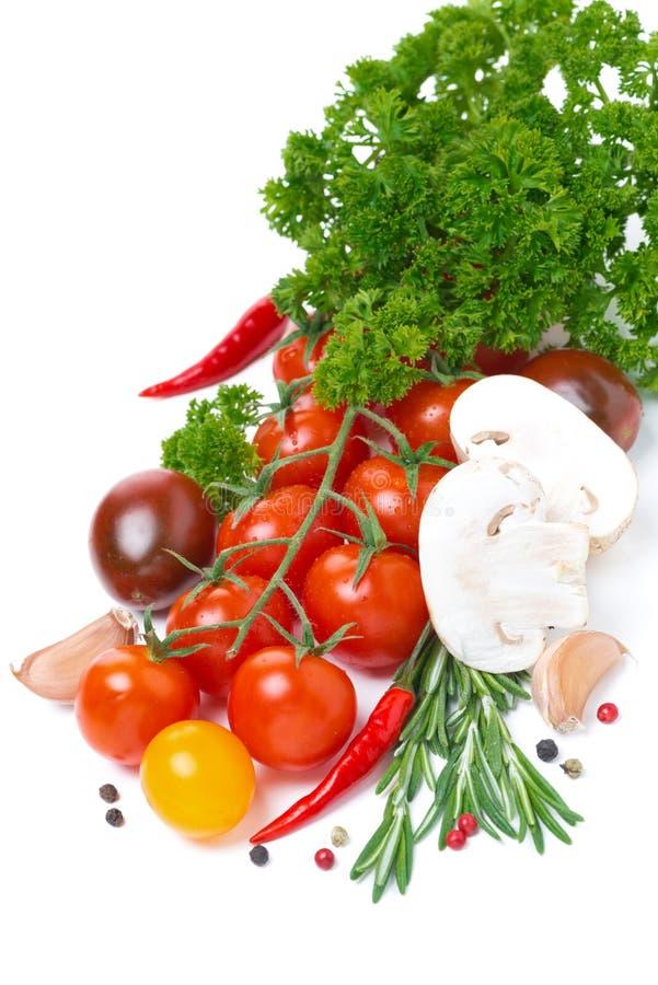 Farbige Kirschtomaten, Pilze, Kräuter und Gewürze, lokalisiert lizenzfreies stockfoto