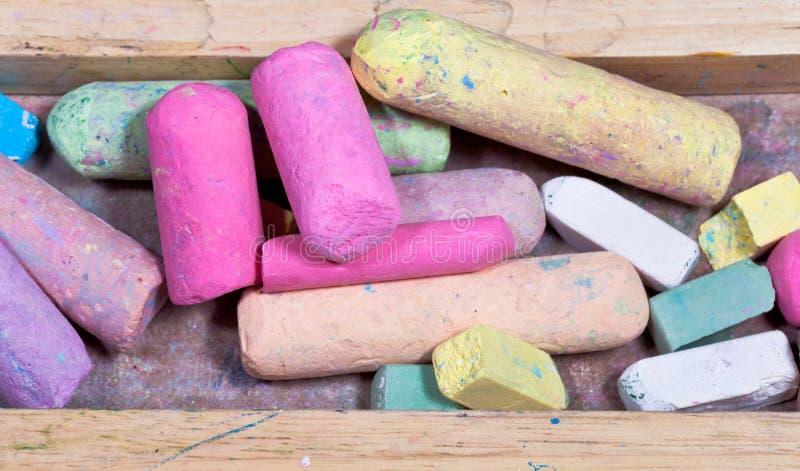 Farbige Kreiden in der Holzkiste stockfoto