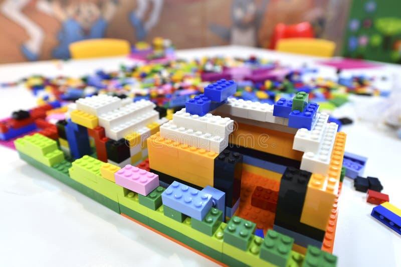 Farbige Legosteine auf einem weißen Tisch stockfotografie