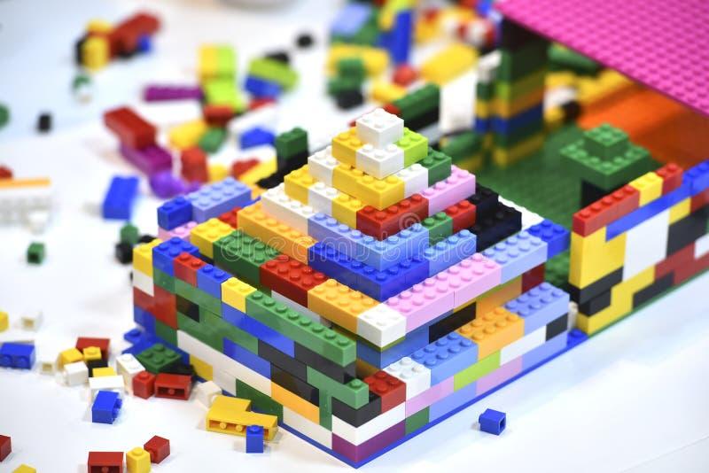 Farbige Legosteine auf einem weißen Tisch stockfotos