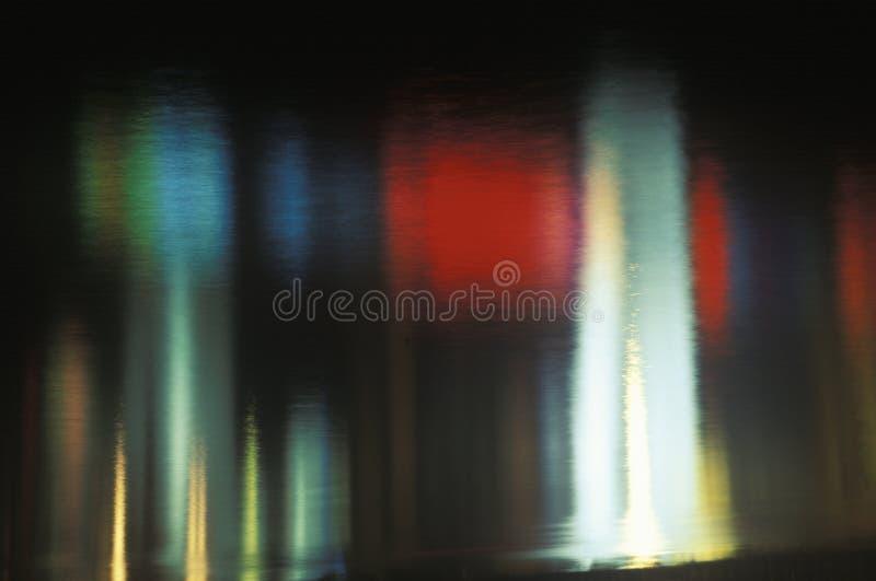 Farbige Leuchten reflektiert im Wasser lizenzfreies stockbild