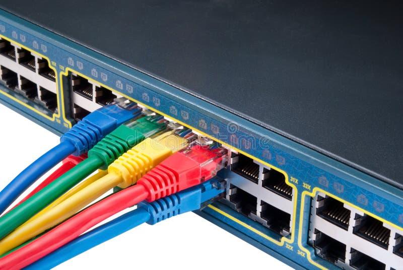 Farbige Netzwerk-Seilzüge und Schalter stockbild