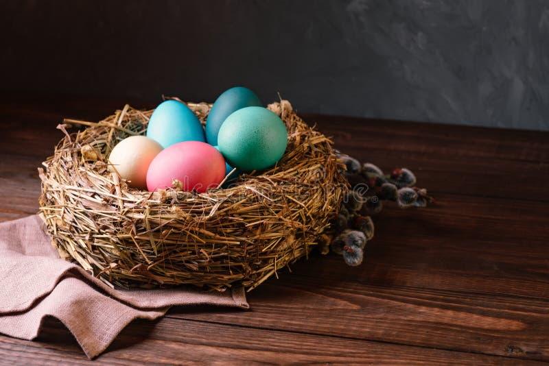 Farbige Ostereier im Nest stockbild