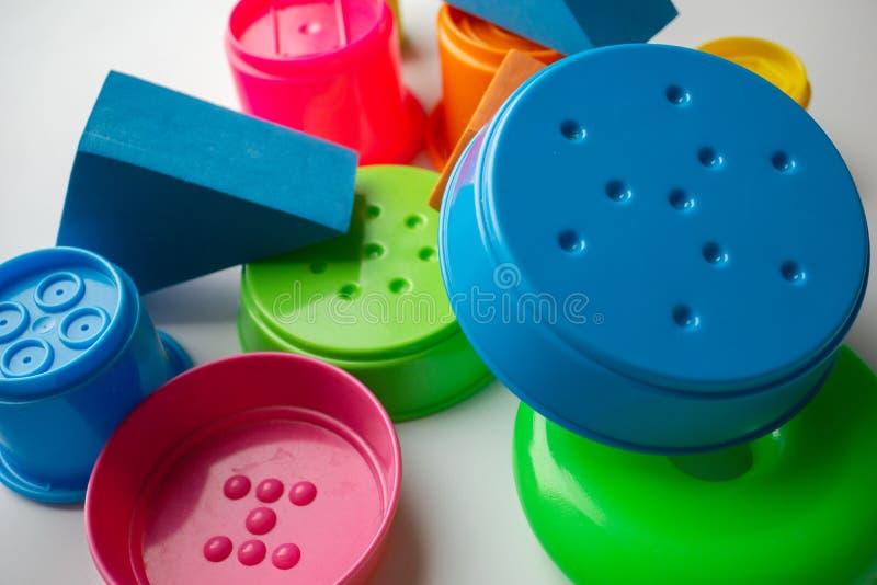 farbige pädagogische Spielwaren für Babys, Würfel, Pyramiden, Kegel, Ringe stockbilder