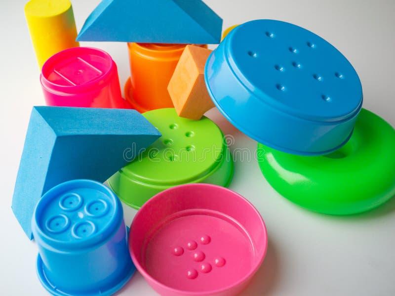 farbige pädagogische Spielwaren für Babys, Würfel, Pyramiden, Kegel, Ringe stockfoto