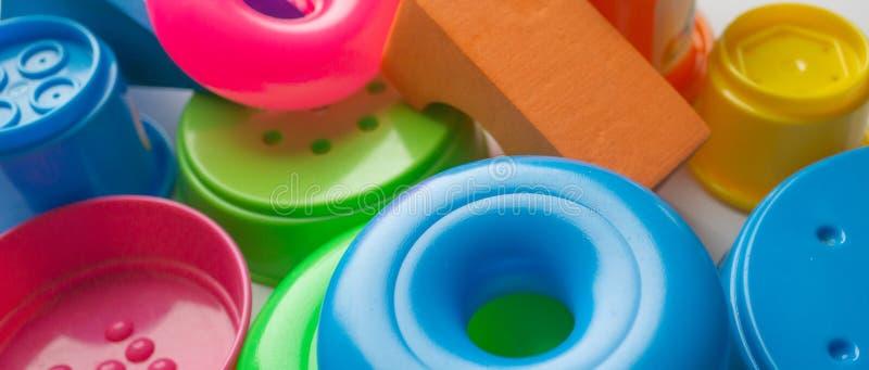 farbige pädagogische Spielwaren für Babys, Würfel, Pyramiden, Kegel, Ringe lizenzfreie stockfotos