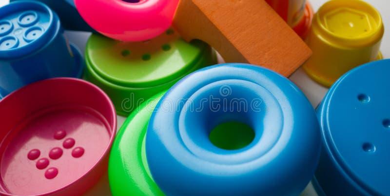farbige pädagogische Spielwaren für Babys, Würfel, Pyramiden, Kegel, Ringe lizenzfreie stockbilder