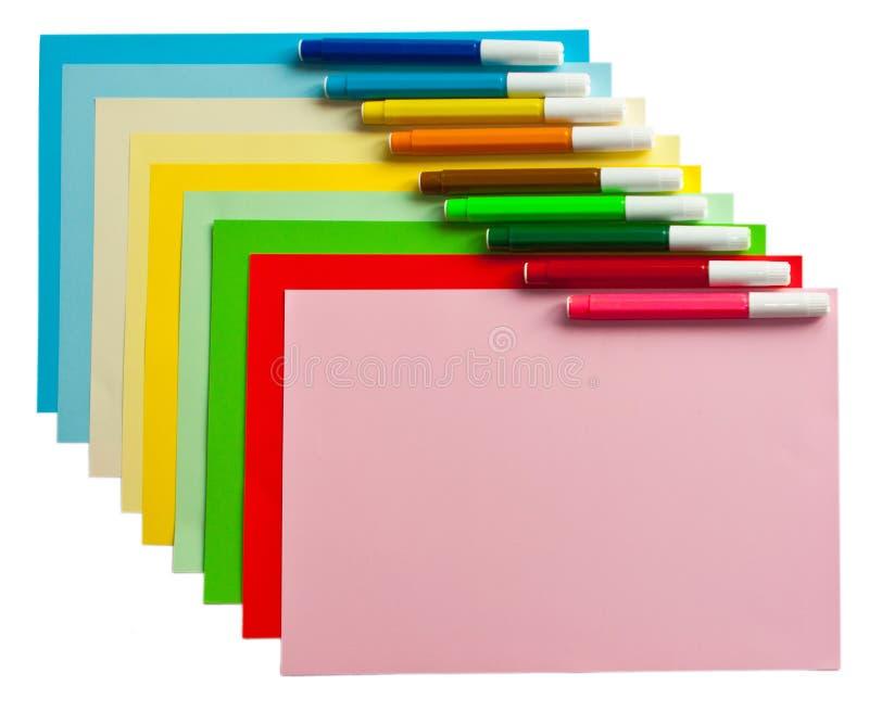 Farbige Papiere und Markierungen stockfotos