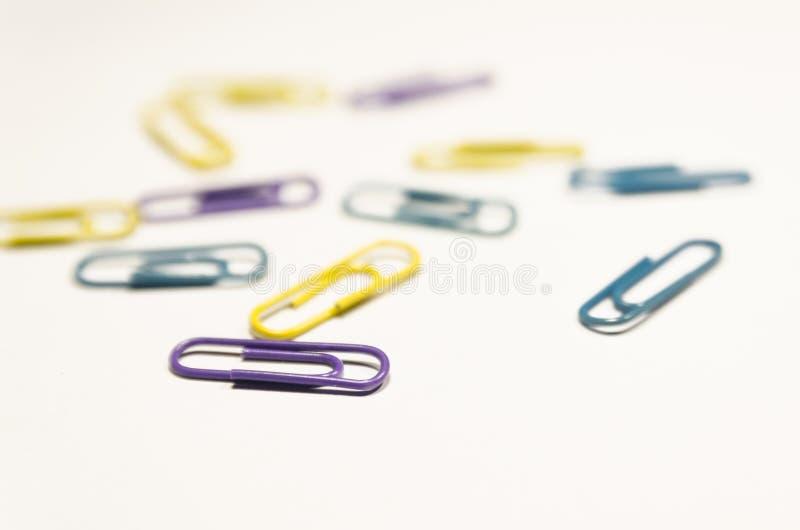 Farbige Papierklammern lizenzfreies stockfoto