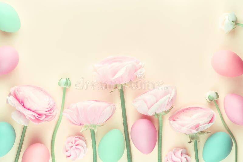 Farbige Pastellblumen des Rosas und Ostereier lizenzfreies stockbild