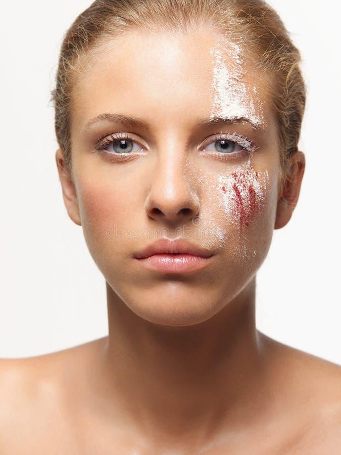 Farbige Puder des Schönheitsportraits Frau auf Gesicht stockfotografie